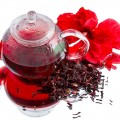 Ceai cu hibiskus și petale de trandafir